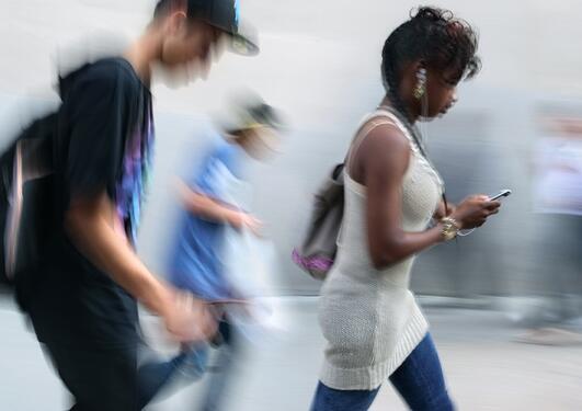 uklart bilder av ungdommer som går