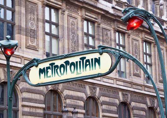 Ikonisk Art Nouveau metroskilt i Paris