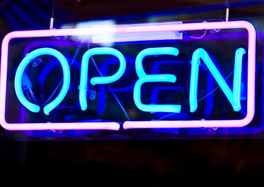 Bilde av et lysskilt hvor ordet åpen står skrevet i
