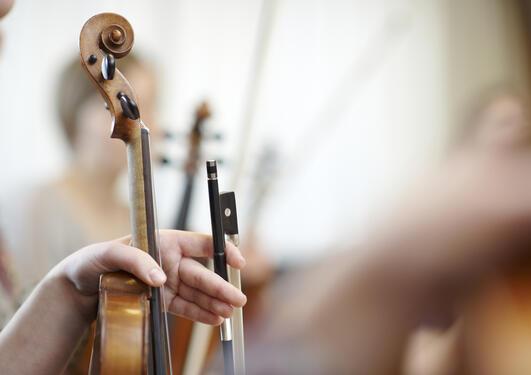 Nærbilde av hånd og instrument