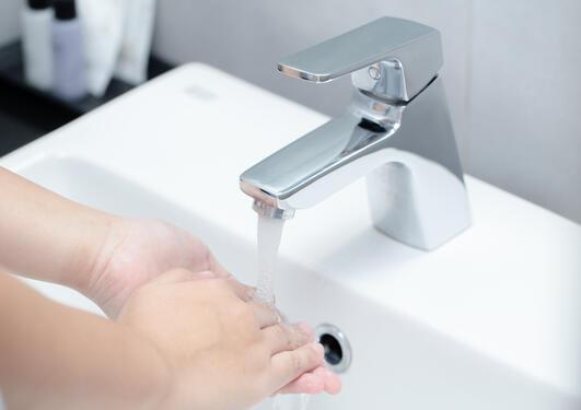 person som vasker hendene