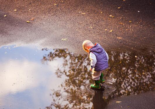 Illustrasjonsbilde av gutt ved vanndam