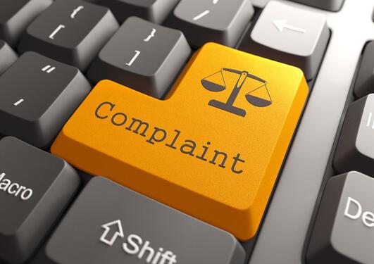 "Tastatur med ein gul tast der det står ""Complaint"""