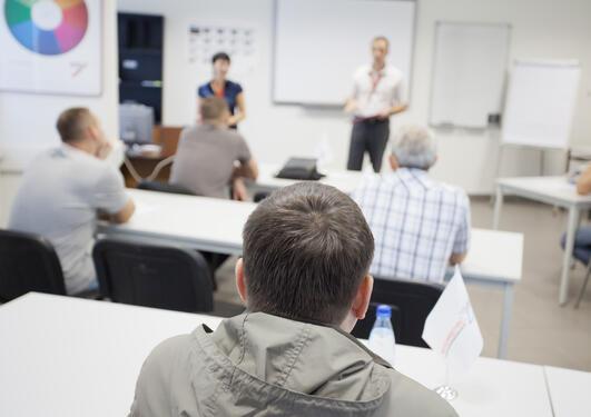 Et rom med mennesker der et kurs foregår