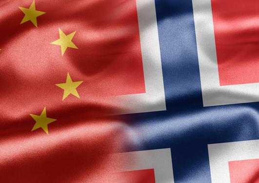 Bilde av det kinesiske og det norske flagget, sammen redigert
