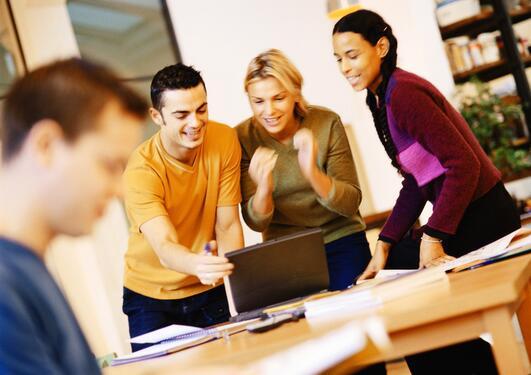 Bildet viser personer som arbeider sammen