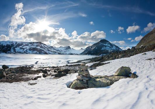 Norsk fjellandskap, brukt for å illustrere sak om at geologer er med i kampen for å bli et Senter for fremragende utdanning.