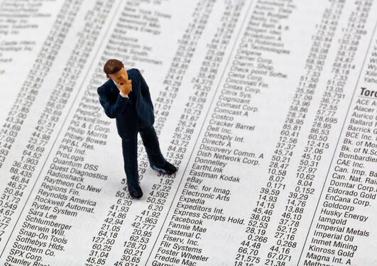 Viser en miniatyr av en mann som står oppå masse tall og tenker