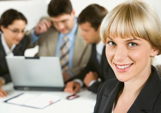 Bildet viser en gruppe personer som samarbeider.