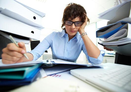 Kvinne på kontor