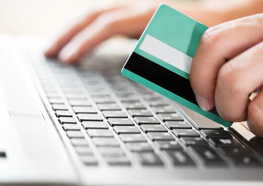 Kredittkorthandel på nett, illustrasjonsbilde