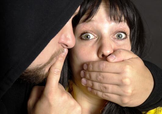 Bildet viser en truet person