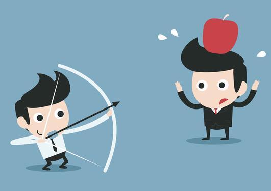 Mann som skyter eple med pil og bue av hodet på en annen mann