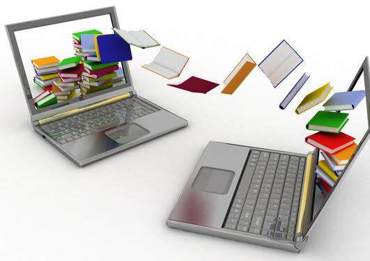 Bøker som flyr mellom to laptopper