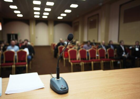 Mikrofon på bord i konferansehall