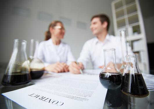 Illustrasjonsbilde: forskarar og kontrakt