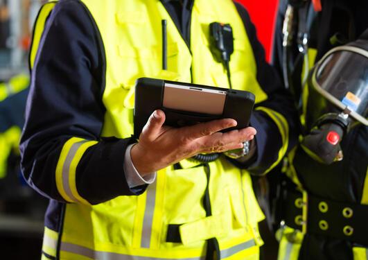 Bildet viser en brannmann som fører tilsyn.
