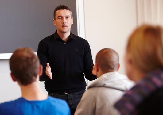 Mannlig lærer foran elever