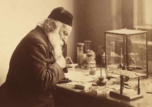 Daniel Cornelius Danielssens sittter i forsker i sitt labratorium