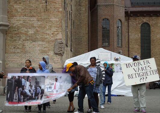 Flyktninger demonstrerer utenfor Oslo domkirke