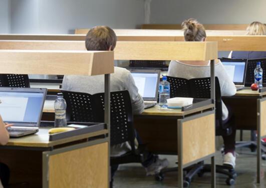Digital eksamen på egen datamaskin, her på en lesesal.