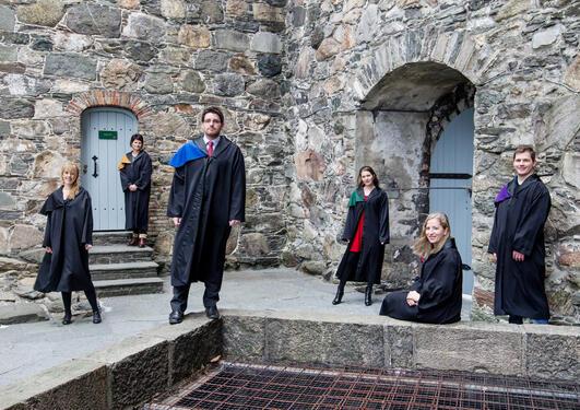 Bilde av seks personer som tok doktorgraden ved UiB i 2012.