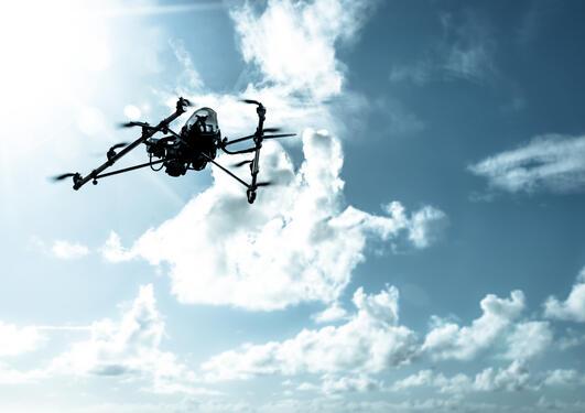 En flygende drone sett mot himmelen.