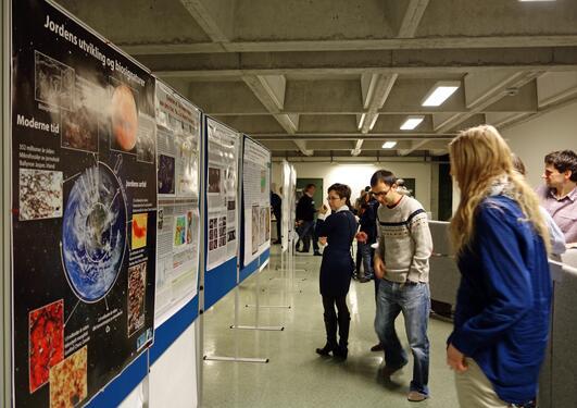 Geo Partnere ser på Poster
