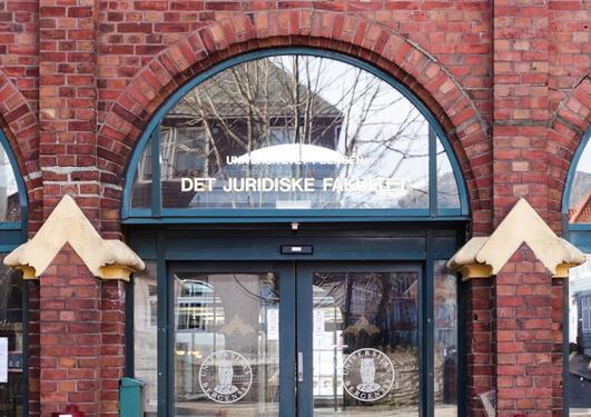 Bilde av inngangen til jussbygget