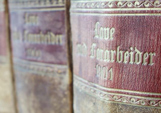 Gamle lovbøker i hylle