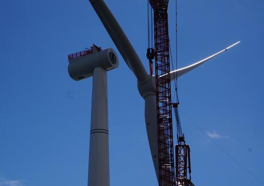 Bilde av montering av vindturbin