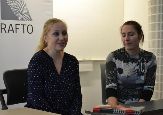 Irina Khrunova (venstre) og Katerina frå Amnesty