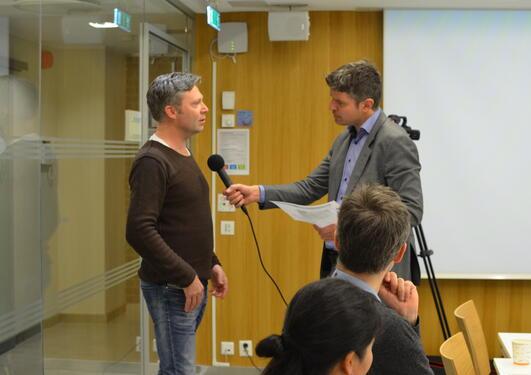 Petter Halvorsen fra Corporate Communications intervjuer professor Hans Tore Rapp på medietrening