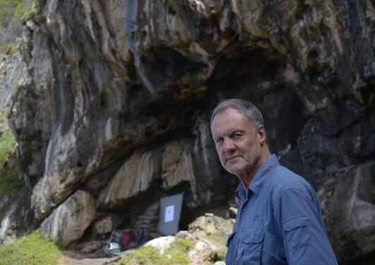 Professor Henschilwood utenfor Blombos cave