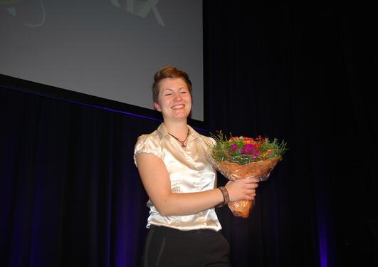 Jane Skjoldi, stipendiat i religionsvitenskap, fikk blomster etter andreplassen i Forsker Grand Prix i Bergen.