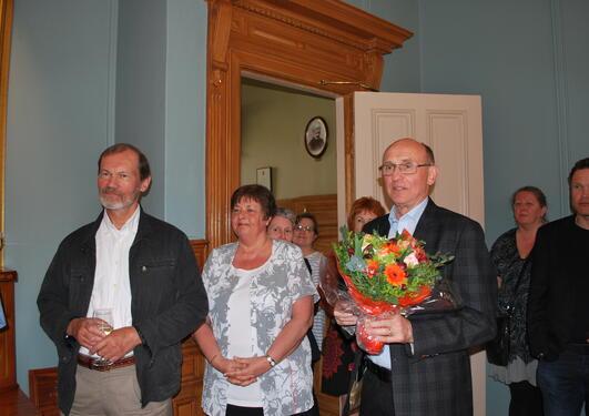 Professor Tore Grønlie med blomsterbukett under mottakelsen i Knut Fægris hus.