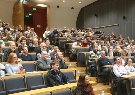 Studenter på foredrag med Øystein Olsen