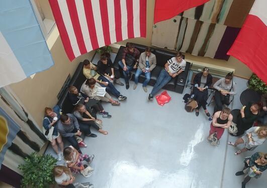 Faddergrupper på omvising på Institutt for samanliknande politikk