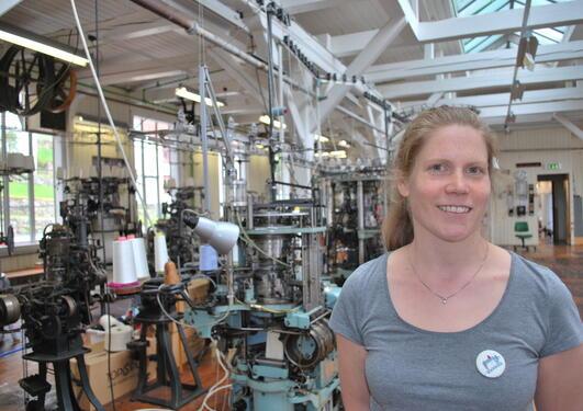 Ingrid Haugrønning jobber som formidlingskoordinator ved Norsk Trikotasjemuseum i Salhus.