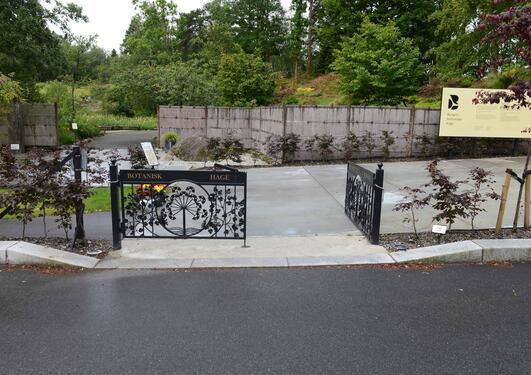 Hovedinngangen til Botanisk hage,  med åpen port