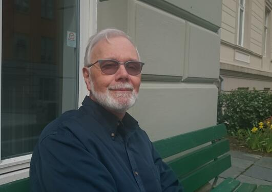 Tom Leschine outside the Dep. of Comparative Politics