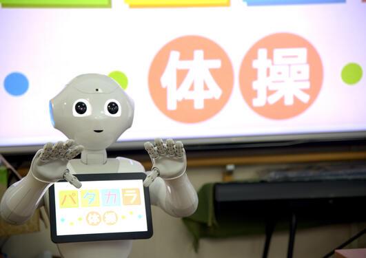 Roboten pepper instruerer eldre på sykehjem.