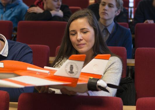 Elever studerer modellfly brukt til meteorologiske målinger