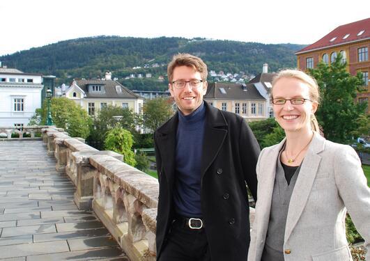 Aslak Hjeltnes og Laura Sætveit Miles representerer UiB i Akademiet for yngre forskere, her fotografert utenfor Universitetsmuseet.