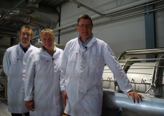 Forsker Runar Stokke, daglig leder ved Biomega Jan Arne Vevatne og gründer Harald Hagen i produksjonshallen.