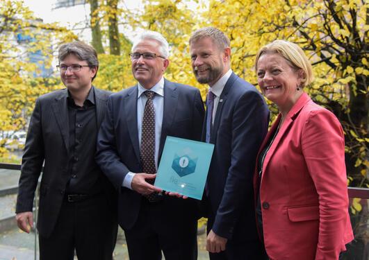 Charalampos Tzoulis, Kjell-Morten Myhr, Bent Høie og Anne Kjersti Fahlvik i Norges forskningsråd med plankett