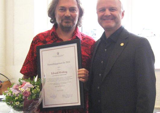 Prisvinner Edvard Hviding med dekan ved Det samfunnsvitenskapelige fakultet, Knut Helland