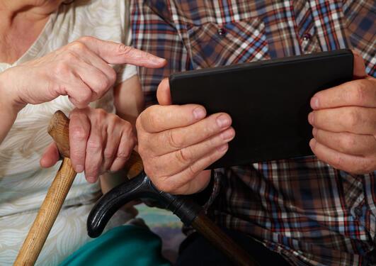 Eldre med tablet