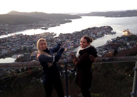 To jenter som ser på usikten over Bergen by