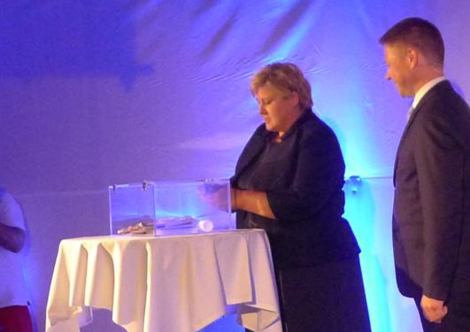 Statsminister Erna Solberg legger ned grunnsteinen til Media City Bergen, fredag 21. august 2015.